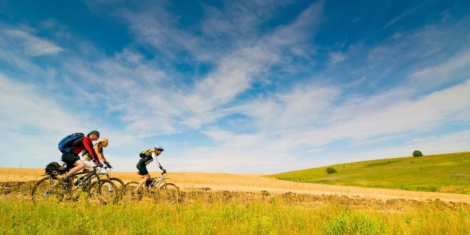 Radfahrer am Feldrand