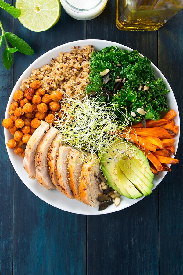 Gesunde und leckere Bowl mit Hühnchen, Avocado und Kirchererbsen - frisch zubereitet